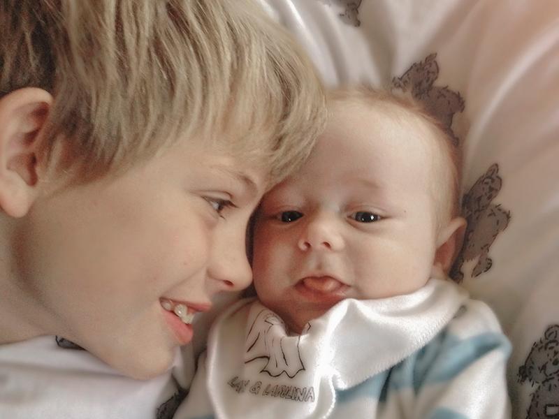 lillebror, stolt storebror, bebis, nyfödd, familjefotograf, Helsingborg