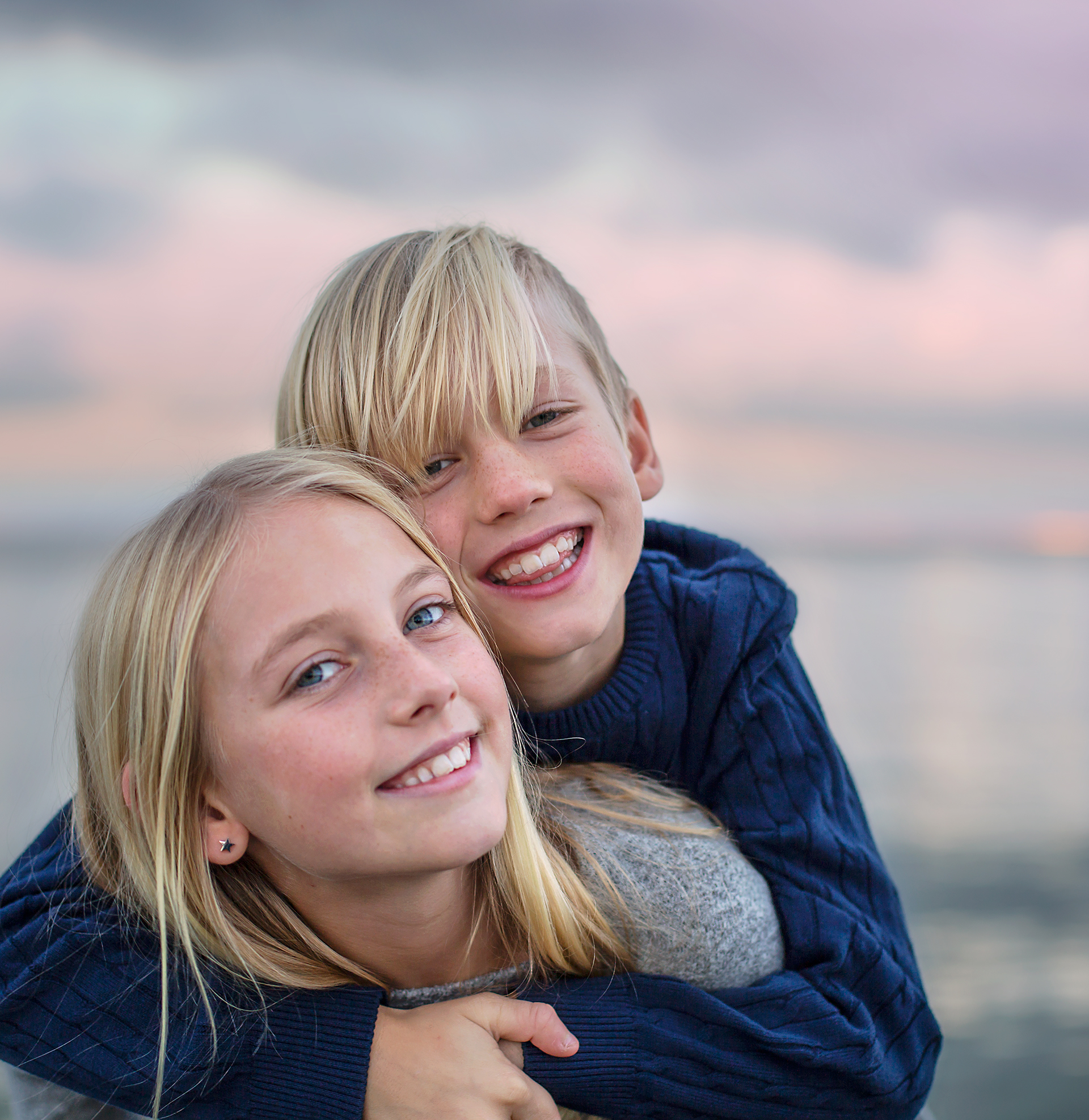 gyllene timmen, golden hour, barnfotograf, syskonbild, barnporträtt, I Tell Your Story, barnfotograf, Helsingborg, Skåne, syskon, porträttfotograf, porträttbilder, Christine